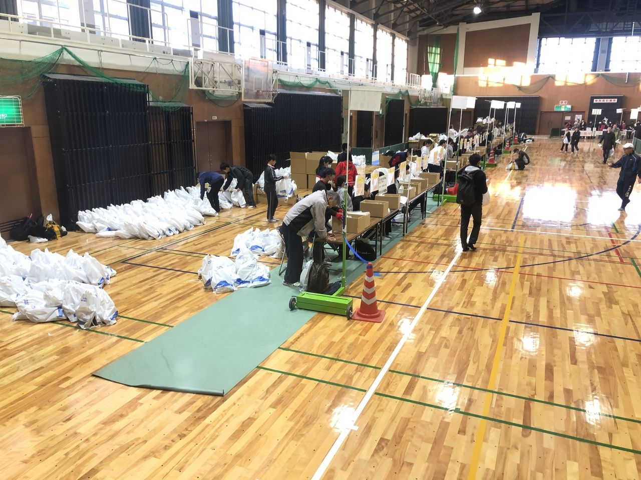 鹿児島市制130周年記念 第40回ランニング桜島の参加手続き風景。桜島総合体育館内。まだ、7時30分過ぎなので人も少ないです。