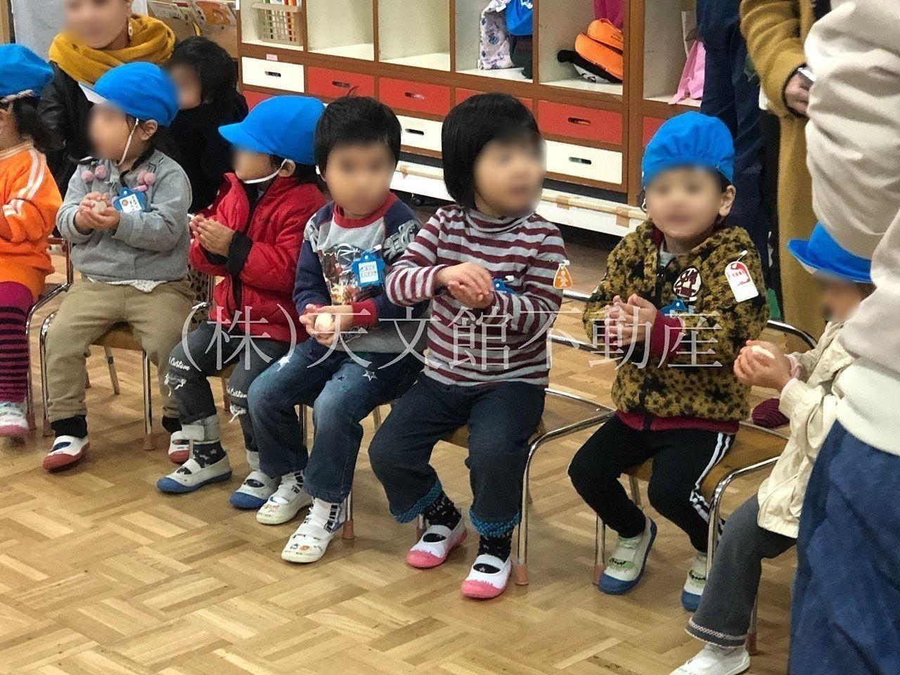幼稚園の餅つき大会 子供たちも楽しそうです。
