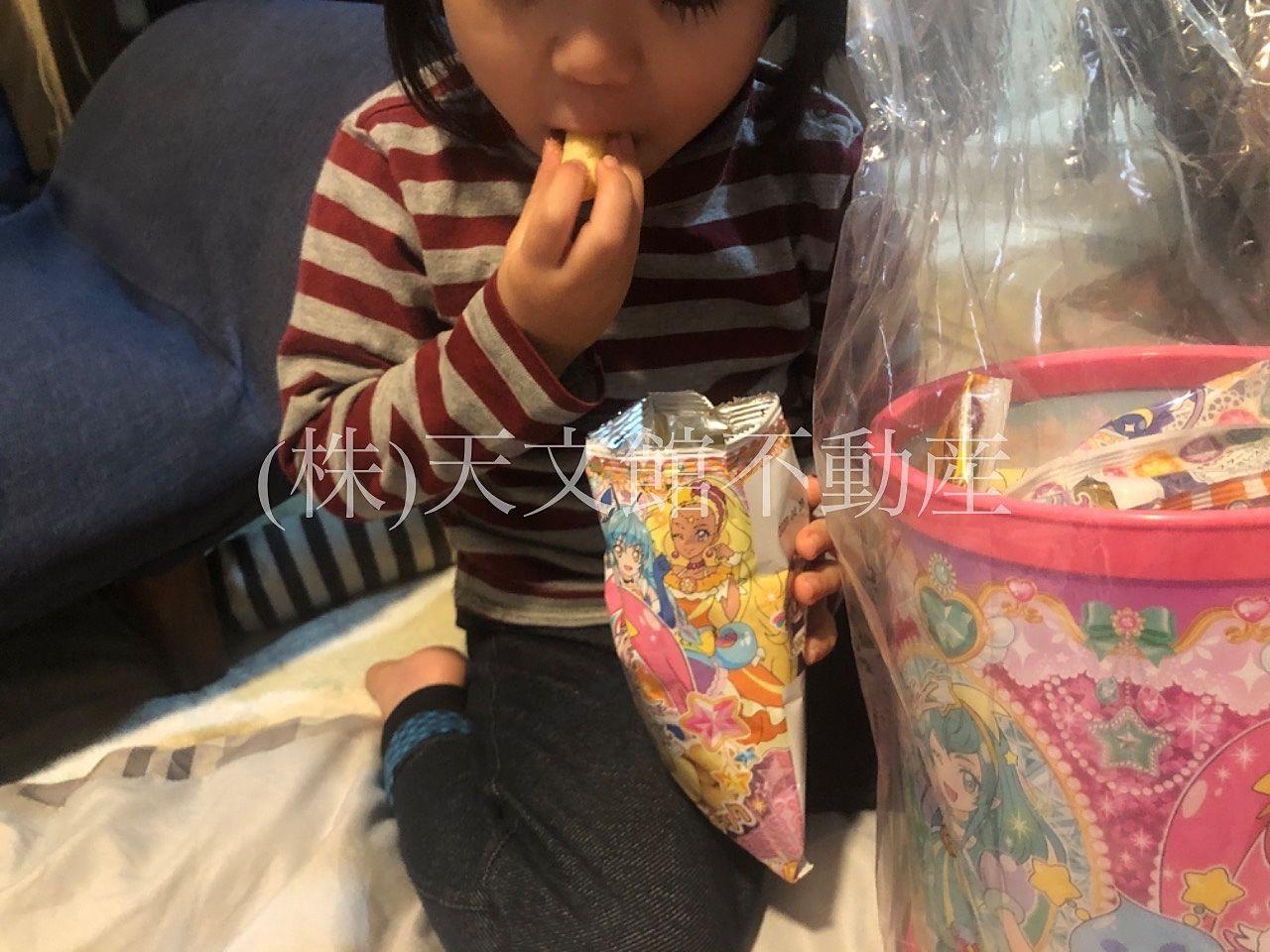 プレゼントの菓子を必死に食べる娘
