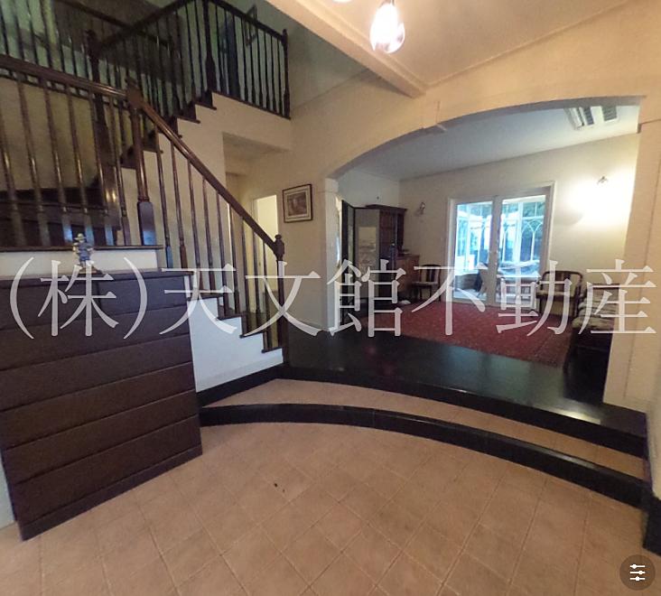 鹿児島市平川町売家玄関を入ると明るく広く高級感があります。