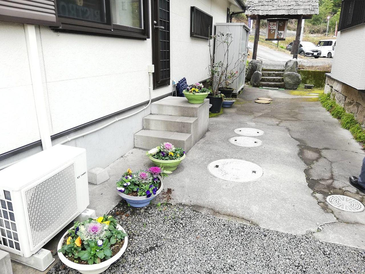 霧島市隼人町小浜「KITCHEN Q」キッチンキューの駐車場からの通路です。