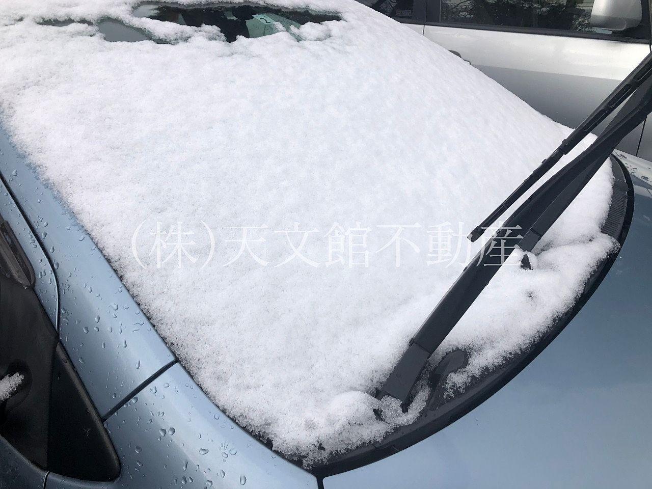 鹿児島市吉野町で雪に覆われた車を見ました。