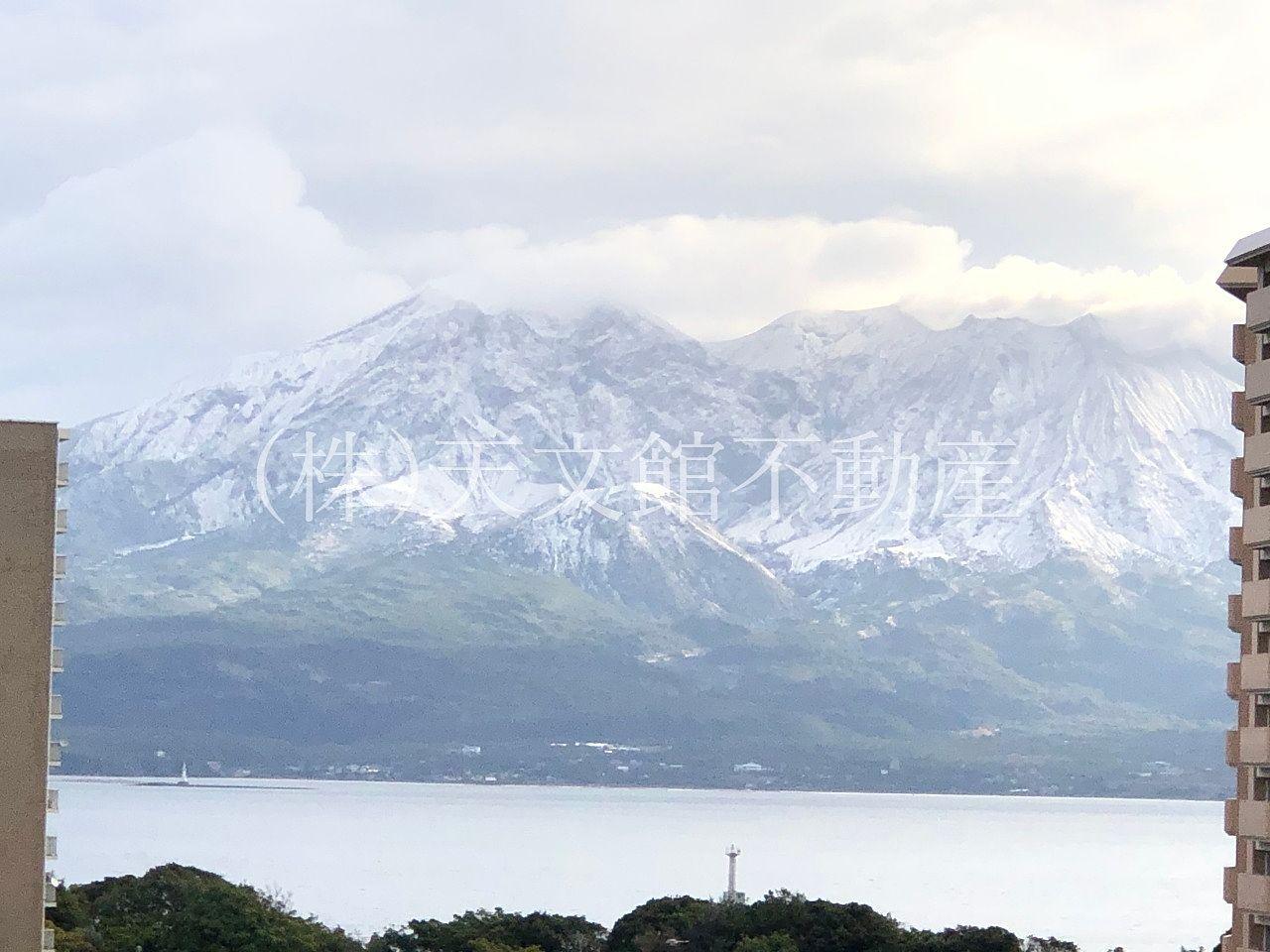鹿児島の桜島は初冠雪で雪でで覆われていました。
