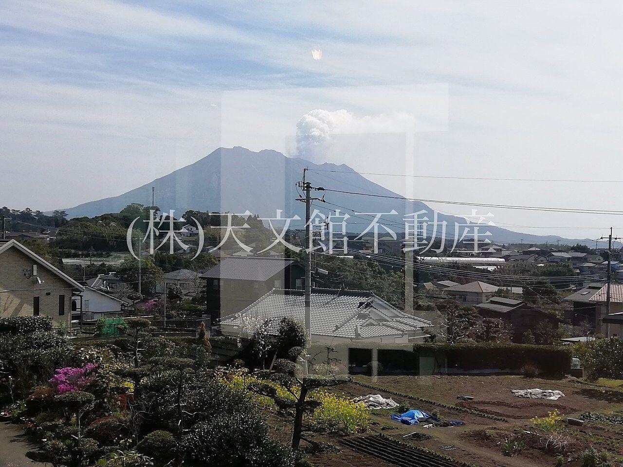 鹿児島市吉野町「ケイトキッチン」は、店内に入るとすぐに桜島が一望できる大きな窓があります。
