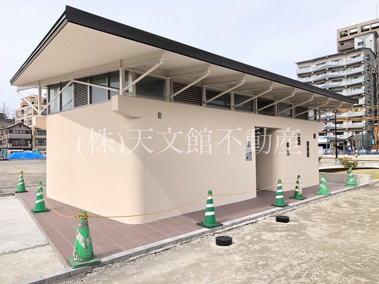 鹿児島市加治屋町の加治屋町の杜公園の電車通り側には男女別に大きな公衆トイレが出来ました。