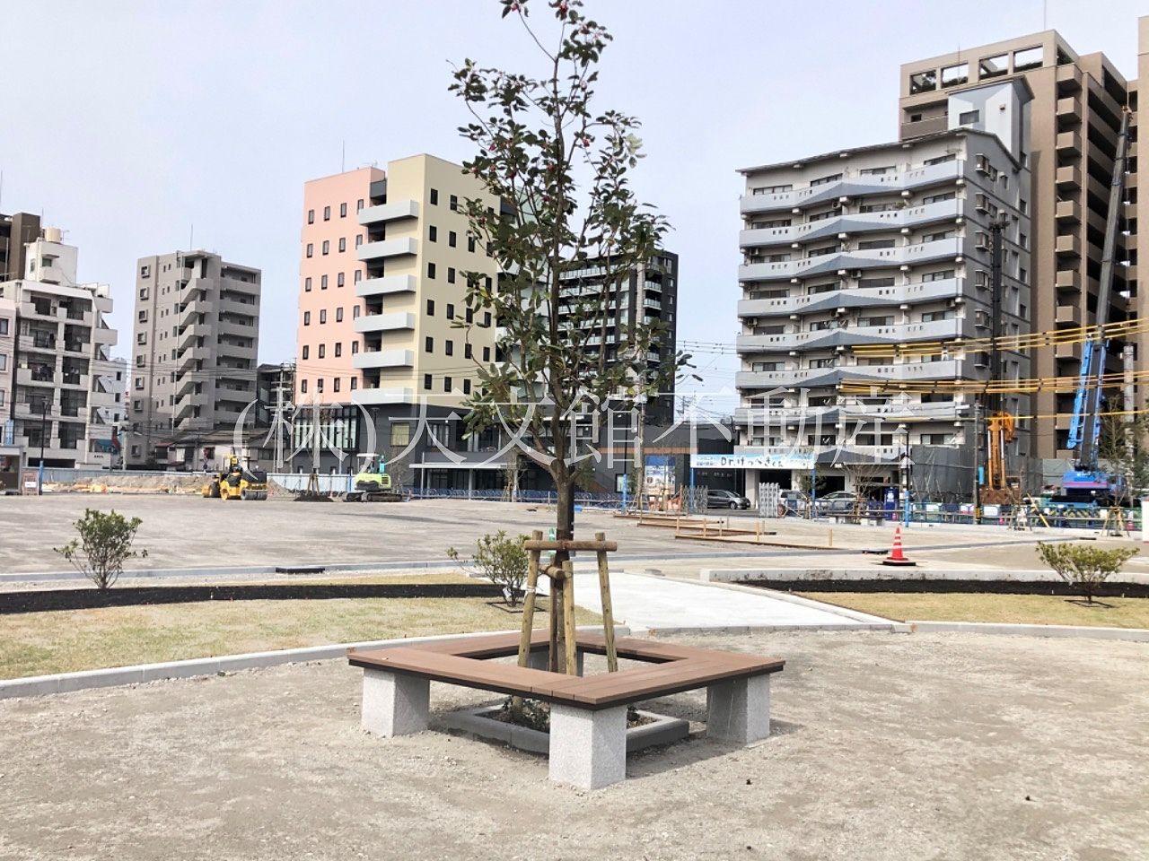 鹿児島市加治屋町の加治屋町の杜公園の電車通り側にはゆっくり座れるスペースもあります。