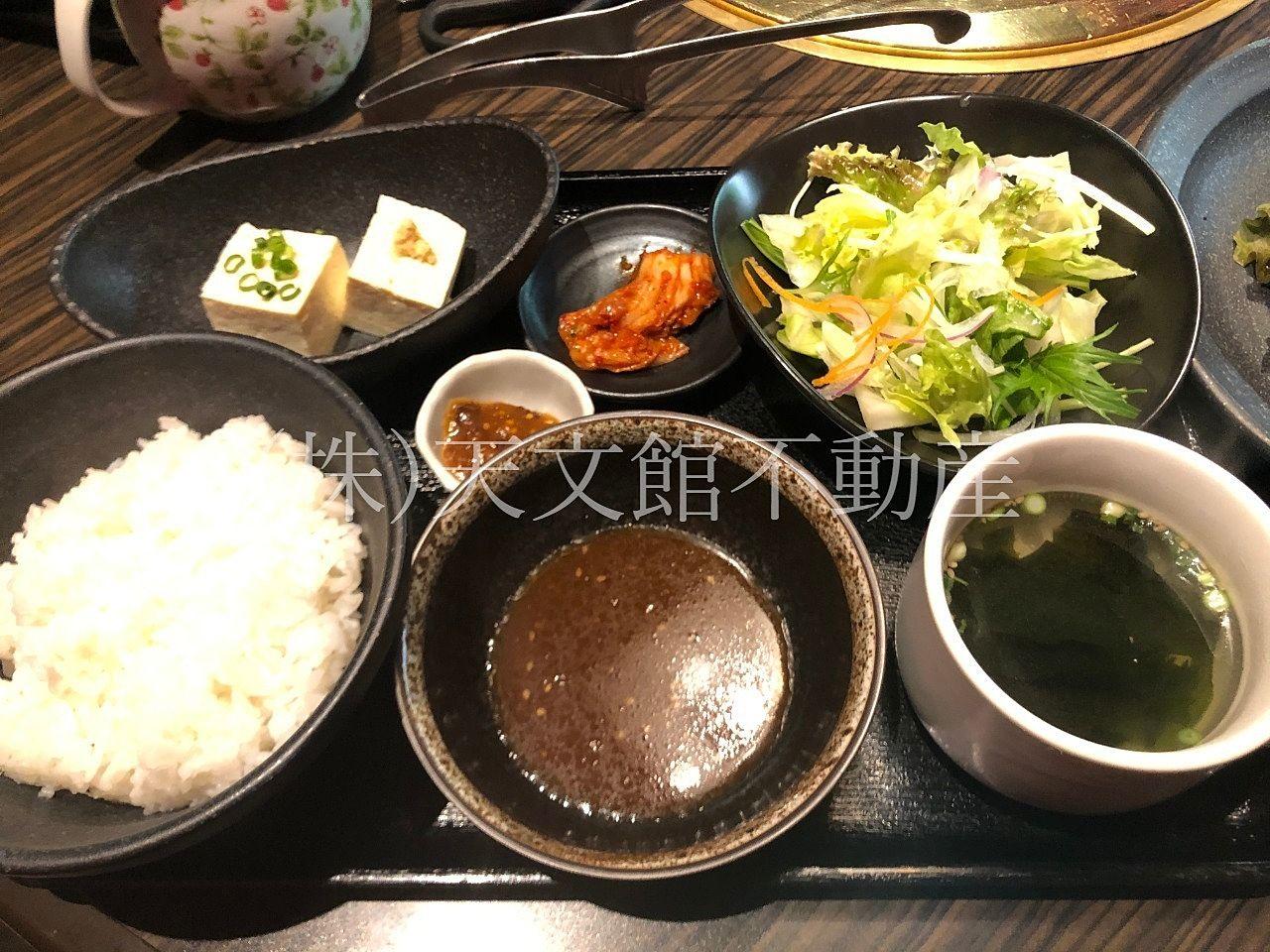 鹿児島県日置市伊集院町猪鹿倉の焼肉・たべもの処松風の定食のお膳は野菜とお豆腐・スープ・キムチ・白ご飯でした。