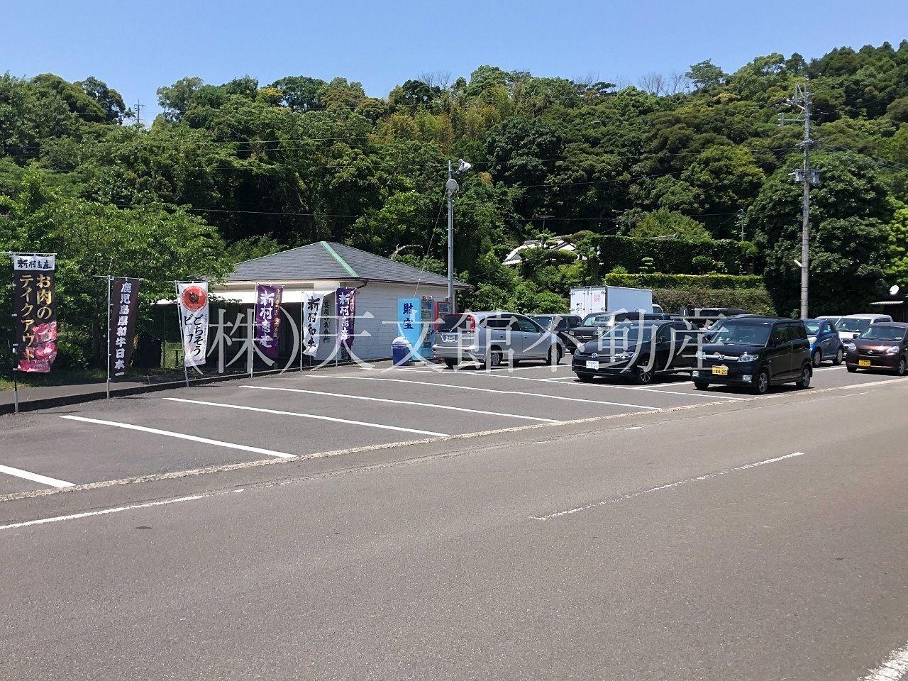 鹿児島県肝属郡の新村畜産は道路向かいにも駐車場があります。
