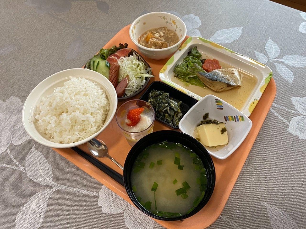 鹿児島市障害者グループホーム桜の夕食です。おかずが豪華でお腹いっぱい頂けます。