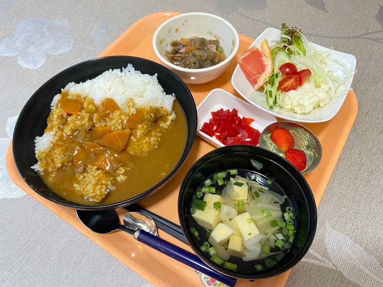鹿児島市南林寺町にあるグループホーム桜は夕食に人気のカレーも提供しております。