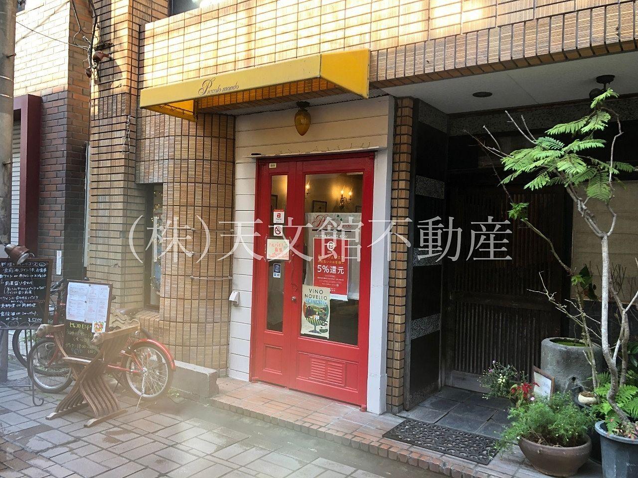 鹿児島市東千石町「イタリアン料理ピッコロ モンド」の玄関は赤色が目印です。